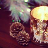 クリスマスキャンドルとまつぼっくり